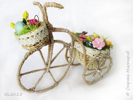 Здравствуйте, друзья! Маленький декоративный велосипедик из проволоки и шпагата, с пасхальной корзиной и яйцами из соленого теста. фото 2