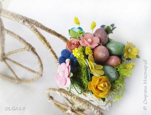 Здравствуйте, друзья! Маленький декоративный велосипедик из проволоки и шпагата, с пасхальной корзиной и яйцами из соленого теста. фото 3