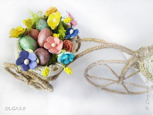 Здравствуйте, друзья! Маленький декоративный велосипедик из проволоки и шпагата, с пасхальной корзиной и яйцами из соленого теста. фото 4