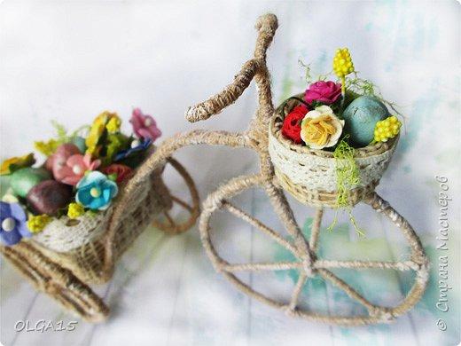 Здравствуйте, друзья! Маленький декоративный велосипедик из проволоки и шпагата, с пасхальной корзиной и яйцами из соленого теста. фото 6