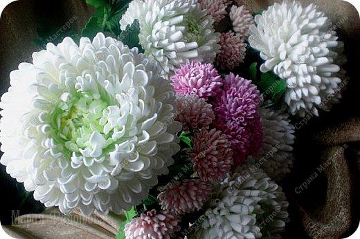 Доброго времени суток,милые рукодельницы и рукодельники!Сегодня завершила огромную работу - букет хризантем.В букете 5 белых шаровидных хризантем и 4 ветки кустовых хризантем.В каждой веточке по 5 цветков.Букет получился большой,роскошный.Надеюсь,что скоро будет радовать свою новую хозяйку - любительницу хризантем. фото 6