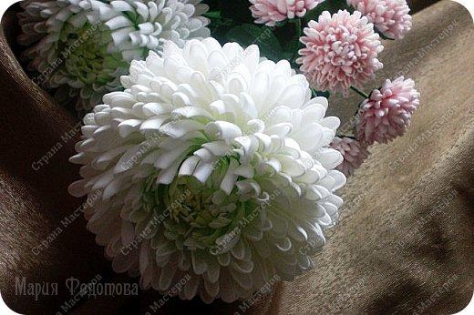 Доброго времени суток,милые рукодельницы и рукодельники!Сегодня завершила огромную работу - букет хризантем.В букете 5 белых шаровидных хризантем и 4 ветки кустовых хризантем.В каждой веточке по 5 цветков.Букет получился большой,роскошный.Надеюсь,что скоро будет радовать свою новую хозяйку - любительницу хризантем. фото 7