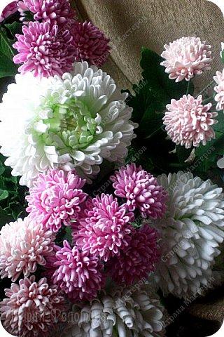 Доброго времени суток,милые рукодельницы и рукодельники!Сегодня завершила огромную работу - букет хризантем.В букете 5 белых шаровидных хризантем и 4 ветки кустовых хризантем.В каждой веточке по 5 цветков.Букет получился большой,роскошный.Надеюсь,что скоро будет радовать свою новую хозяйку - любительницу хризантем. фото 3