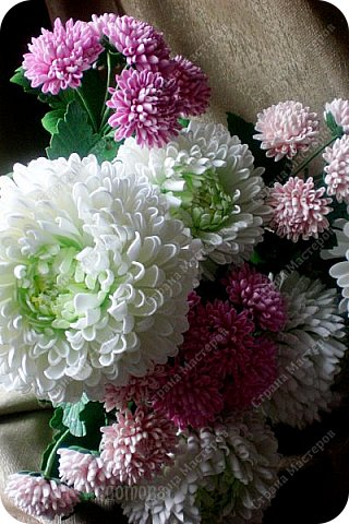Доброго времени суток,милые рукодельницы и рукодельники!Сегодня завершила огромную работу - букет хризантем.В букете 5 белых шаровидных хризантем и 4 ветки кустовых хризантем.В каждой веточке по 5 цветков.Букет получился большой,роскошный.Надеюсь,что скоро будет радовать свою новую хозяйку - любительницу хризантем. фото 8