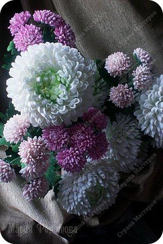 Доброго времени суток,милые рукодельницы и рукодельники!Сегодня завершила огромную работу - букет хризантем.В букете 5 белых шаровидных хризантем и 4 ветки кустовых хризантем.В каждой веточке по 5 цветков.Букет получился большой,роскошный.Надеюсь,что скоро будет радовать свою новую хозяйку - любительницу хризантем. фото 9