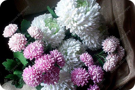 Доброго времени суток,милые рукодельницы и рукодельники!Сегодня завершила огромную работу - букет хризантем.В букете 5 белых шаровидных хризантем и 4 ветки кустовых хризантем.В каждой веточке по 5 цветков.Букет получился большой,роскошный.Надеюсь,что скоро будет радовать свою новую хозяйку - любительницу хризантем. фото 12