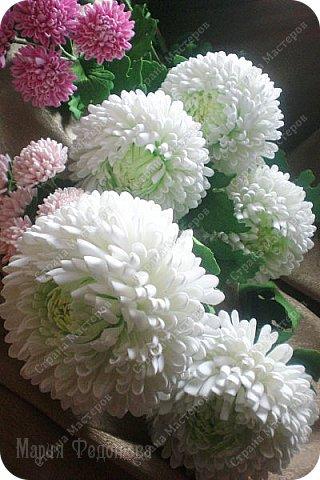 Доброго времени суток,милые рукодельницы и рукодельники!Сегодня завершила огромную работу - букет хризантем.В букете 5 белых шаровидных хризантем и 4 ветки кустовых хризантем.В каждой веточке по 5 цветков.Букет получился большой,роскошный.Надеюсь,что скоро будет радовать свою новую хозяйку - любительницу хризантем. фото 13