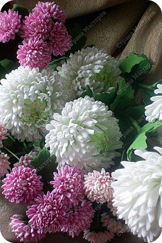 Доброго времени суток,милые рукодельницы и рукодельники!Сегодня завершила огромную работу - букет хризантем.В букете 5 белых шаровидных хризантем и 4 ветки кустовых хризантем.В каждой веточке по 5 цветков.Букет получился большой,роскошный.Надеюсь,что скоро будет радовать свою новую хозяйку - любительницу хризантем. фото 14