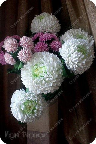 Доброго времени суток,милые рукодельницы и рукодельники!Сегодня завершила огромную работу - букет хризантем.В букете 5 белых шаровидных хризантем и 4 ветки кустовых хризантем.В каждой веточке по 5 цветков.Букет получился большой,роскошный.Надеюсь,что скоро будет радовать свою новую хозяйку - любительницу хризантем. фото 16