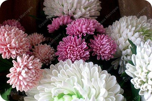 Доброго времени суток,милые рукодельницы и рукодельники!Сегодня завершила огромную работу - букет хризантем.В букете 5 белых шаровидных хризантем и 4 ветки кустовых хризантем.В каждой веточке по 5 цветков.Букет получился большой,роскошный.Надеюсь,что скоро будет радовать свою новую хозяйку - любительницу хризантем. фото 17