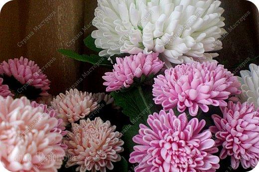 Доброго времени суток,милые рукодельницы и рукодельники!Сегодня завершила огромную работу - букет хризантем.В букете 5 белых шаровидных хризантем и 4 ветки кустовых хризантем.В каждой веточке по 5 цветков.Букет получился большой,роскошный.Надеюсь,что скоро будет радовать свою новую хозяйку - любительницу хризантем. фото 18