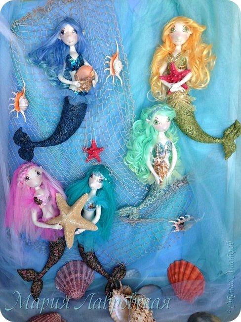 А мы к вам с новой работой. Продолжая тему мифологии и мифических существ, у нас появилось вот такой русалочий уголок. Пожалуй, одними из наиболее известных и популярных мифологических существ у многих народов планеты являются русалки. Хвостатые красавицы пленяют умы моряков с того времени, как только люди стали смотреть на воду и контактировать с ней. Морская дева имеет одну из наиболее древнейших историй. И всё же, по каким-то причинам, русалки одной культуры сильно отличаются от русалок другой культуры. К примеру, в Европе бытовали поверия, что русалки - это девы с рыбьими хвостами. В нашей же культуре, традициях и мифологии славян, русалки - это духи, души умерших не своей смертью. В отличие от обычных привидений и призраков, русалки наши, хоть и являются духами, всё же имеют вполне реальные черты, вполне осязаемы и их довольно сложно отличить от обычных людей.  фото 2