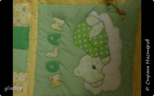 Продолжаню показывать свои старые работы.Лоскутным шитьем давно хотела заняться.И пока была в декретном отпуске,но когда доча уже чуть подросла.Ходила училась этому виду творчества у замечательной девочки.Самое первое мое одеялко-конечно же доче. фото 4
