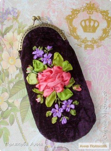 «Восточные сказки». Моя новая нарядная сумочка из жатого бархата чернильного цвета вышита лентами из натурального шелка. Размер примерно 25х23см. Подкладка из подкладочного шелка. Изящная цепочка длинной 120см. Фермуар цвета «античная бронза» с застежкой бантиком. Внутри есть кармашек для дамских мелочей. фото 5