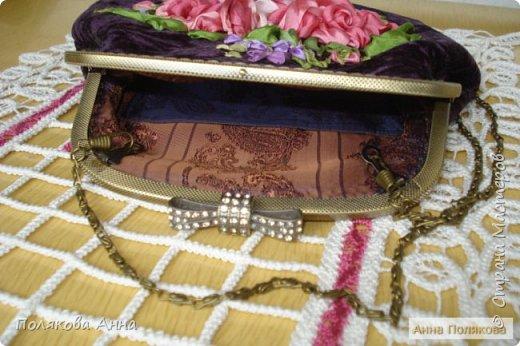 «Восточные сказки». Моя новая нарядная сумочка из жатого бархата чернильного цвета вышита лентами из натурального шелка. Размер примерно 25х23см. Подкладка из подкладочного шелка. Изящная цепочка длинной 120см. Фермуар цвета «античная бронза» с застежкой бантиком. Внутри есть кармашек для дамских мелочей. фото 3