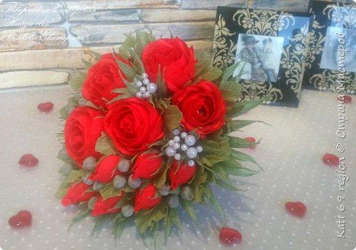 О, роза красная! Ты – символ страсти, Красуешься ты гордо средь других цветов, Ты – символ щедрости души и символ счастья, И тот, кто дарит розу – дарует любовь!  Не устаю я любоваться розой красной, Чудесной нежностью атласных лепестков, И тот, кто дарит сей цветок прекрасный – Тот дарит душу, сердце и любовь!  Зовется роза королевою недаром, Она – прекраснейшая из цветов, Ведь роза – лучший праздничный подарок, Обычай этот к нам пришел из глубины веков...  И если хочешь ты понравиться любимой, То подари букет роскошных роз – Увидишь глаз сияние неповторимое И искры вспыхнувших от счастья слез.  Ведь говорит букет душистый этот Сам за себя без всяких лишних слов: Кто дарит розы, тот, по всем приметам, Надеется на счастье и любовь!  автор: Людмила Шарова фото 1