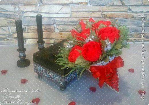 О, роза красная! Ты – символ страсти, Красуешься ты гордо средь других цветов, Ты – символ щедрости души и символ счастья, И тот, кто дарит розу – дарует любовь!  Не устаю я любоваться розой красной, Чудесной нежностью атласных лепестков, И тот, кто дарит сей цветок прекрасный – Тот дарит душу, сердце и любовь!  Зовется роза королевою недаром, Она – прекраснейшая из цветов, Ведь роза – лучший праздничный подарок, Обычай этот к нам пришел из глубины веков...  И если хочешь ты понравиться любимой, То подари букет роскошных роз – Увидишь глаз сияние неповторимое И искры вспыхнувших от счастья слез.  Ведь говорит букет душистый этот Сам за себя без всяких лишних слов: Кто дарит розы, тот, по всем приметам, Надеется на счастье и любовь!  автор: Людмила Шарова фото 4
