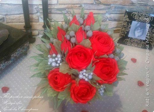 О, роза красная! Ты – символ страсти, Красуешься ты гордо средь других цветов, Ты – символ щедрости души и символ счастья, И тот, кто дарит розу – дарует любовь!  Не устаю я любоваться розой красной, Чудесной нежностью атласных лепестков, И тот, кто дарит сей цветок прекрасный – Тот дарит душу, сердце и любовь!  Зовется роза королевою недаром, Она – прекраснейшая из цветов, Ведь роза – лучший праздничный подарок, Обычай этот к нам пришел из глубины веков...  И если хочешь ты понравиться любимой, То подари букет роскошных роз – Увидишь глаз сияние неповторимое И искры вспыхнувших от счастья слез.  Ведь говорит букет душистый этот Сам за себя без всяких лишних слов: Кто дарит розы, тот, по всем приметам, Надеется на счастье и любовь!  автор: Людмила Шарова фото 6