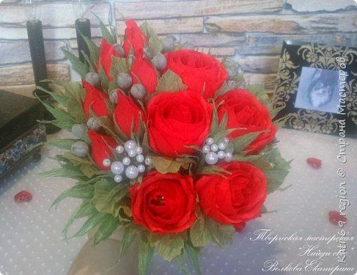 О, роза красная! Ты – символ страсти, Красуешься ты гордо средь других цветов, Ты – символ щедрости души и символ счастья, И тот, кто дарит розу – дарует любовь!  Не устаю я любоваться розой красной, Чудесной нежностью атласных лепестков, И тот, кто дарит сей цветок прекрасный – Тот дарит душу, сердце и любовь!  Зовется роза королевою недаром, Она – прекраснейшая из цветов, Ведь роза – лучший праздничный подарок, Обычай этот к нам пришел из глубины веков...  И если хочешь ты понравиться любимой, То подари букет роскошных роз – Увидишь глаз сияние неповторимое И искры вспыхнувших от счастья слез.  Ведь говорит букет душистый этот Сам за себя без всяких лишних слов: Кто дарит розы, тот, по всем приметам, Надеется на счастье и любовь!  автор: Людмила Шарова фото 7