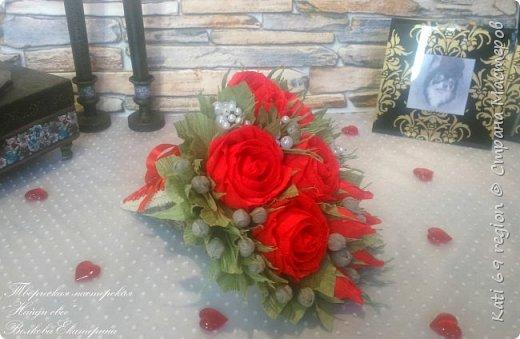 О, роза красная! Ты – символ страсти, Красуешься ты гордо средь других цветов, Ты – символ щедрости души и символ счастья, И тот, кто дарит розу – дарует любовь!  Не устаю я любоваться розой красной, Чудесной нежностью атласных лепестков, И тот, кто дарит сей цветок прекрасный – Тот дарит душу, сердце и любовь!  Зовется роза королевою недаром, Она – прекраснейшая из цветов, Ведь роза – лучший праздничный подарок, Обычай этот к нам пришел из глубины веков...  И если хочешь ты понравиться любимой, То подари букет роскошных роз – Увидишь глаз сияние неповторимое И искры вспыхнувших от счастья слез.  Ведь говорит букет душистый этот Сам за себя без всяких лишних слов: Кто дарит розы, тот, по всем приметам, Надеется на счастье и любовь!  автор: Людмила Шарова фото 2
