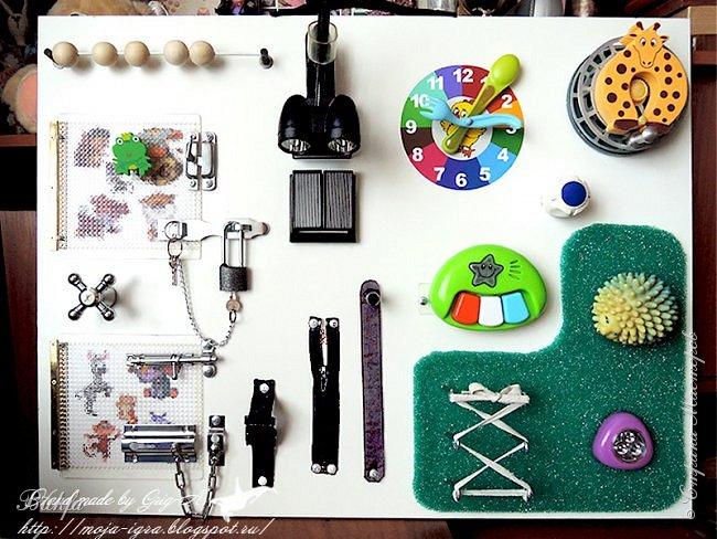 """Всем детский приветик! Решила показать вам еще одну детскую работку: нашу новую развивающую игрушку. Нет, это не бизиборд)))... Это """"Лизиборд""""))) Почему? Просто эту игрушку наш дедушка Игорь сделал для нашей четвертой, самой младшей внучки Лизы. Вот и получается """"Лизиборд"""". Бизиборды – это развивающие доски для детей, которые представляют собой деревянную панель с закрепленными на ее поверхности различными предметами:замочками, засовами, счетами, кнопками, молниями, липучками, звонками, дверными молоточками и пр. Суть такой панели заключается в том, чтобы ребенок развивал моторику пальцев, мышление и логику, и, чем больше различных элементов будет закреплено на такой доске, тем более интересна она будет малышу. К тому же такая доска является отличным способом на время отвлечь ребенка, тем самым предоставив возможность себе, что-то успеть сделать по дому."""