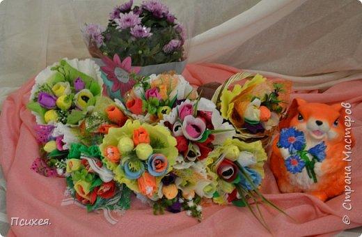 Здравствуйте,Уважаемые Мастера! Запоздалый отчет о Весеннем Женском Дне! Сходила на мастер-класс к своей любимице Юлечке.В преддверии праздника мы решили немного забыть о скрапе и занялись букетами из конфет.Ведь все женщины любят цветы,и почти все-конфеты)Оставшиеся дни до 8 Марта крутила цветочки каждую свободную минуту.На этот раз подарков хватило всем,правда на фото только половина,остальные уже подарены. фото 3