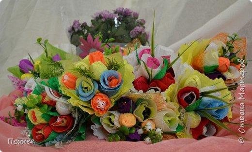 Здравствуйте,Уважаемые Мастера! Запоздалый отчет о Весеннем Женском Дне! Сходила на мастер-класс к своей любимице Юлечке.В преддверии праздника мы решили немного забыть о скрапе и занялись букетами из конфет.Ведь все женщины любят цветы,и почти все-конфеты)Оставшиеся дни до 8 Марта крутила цветочки каждую свободную минуту.На этот раз подарков хватило всем,правда на фото только половина,остальные уже подарены. фото 1
