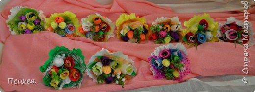Здравствуйте,Уважаемые Мастера! Запоздалый отчет о Весеннем Женском Дне! Сходила на мастер-класс к своей любимице Юлечке.В преддверии праздника мы решили немного забыть о скрапе и занялись букетами из конфет.Ведь все женщины любят цветы,и почти все-конфеты)Оставшиеся дни до 8 Марта крутила цветочки каждую свободную минуту.На этот раз подарков хватило всем,правда на фото только половина,остальные уже подарены. фото 2