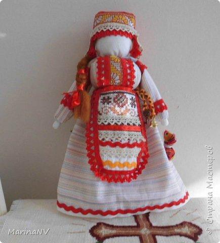 Эту куклу я делала  в подарок подруге на день рождение. Захотелось мне ее сделать в национальном мордовском костюме. Что получилось, то получилось. Подруге  понравилась и коллегам по работе тоже. За идею спасибо  ОкОсАнА  http://stranamasterov.ru/node/1090098?c=favorite. фото 1