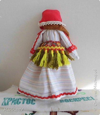 Эту куклу я делала  в подарок подруге на день рождение. Захотелось мне ее сделать в национальном мордовском костюме. Что получилось, то получилось. Подруге  понравилась и коллегам по работе тоже. За идею спасибо  ОкОсАнА  http://stranamasterov.ru/node/1090098?c=favorite. фото 2