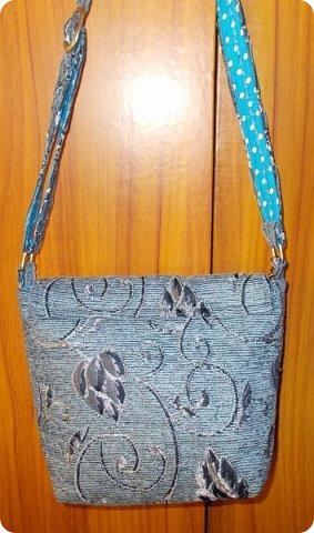 Вот такую сумочку на длинной ручке (регулируемой) сшила для юной леди. Ткань мебельная. фото 4