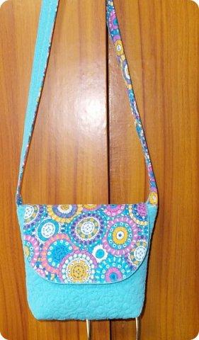 Вот такую сумочку на длинной ручке (регулируемой) сшила для юной леди. Ткань мебельная. фото 13