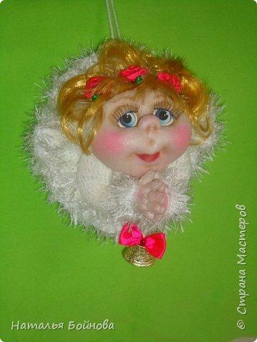 """Маленькая подвесная кукла выполнена в скульптурно-текстильной технике. Платье связано крючком, по краю обвязано пряжей """"травка"""". Волосы - искусственные кудри, розочкии сделаны из атласной ленты. фото 5"""
