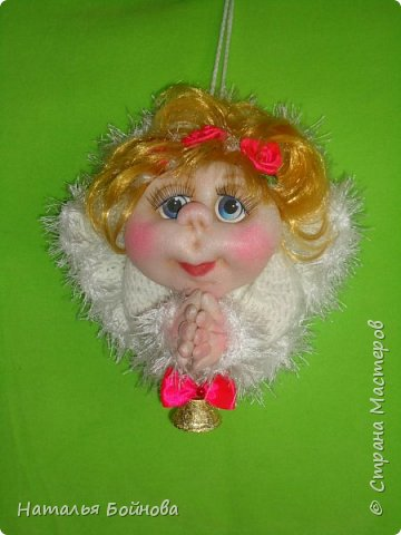 """Маленькая подвесная кукла выполнена в скульптурно-текстильной технике. Платье связано крючком, по краю обвязано пряжей """"травка"""". Волосы - искусственные кудри, розочкии сделаны из атласной ленты. фото 3"""