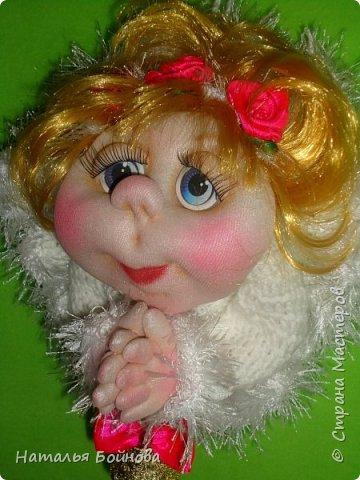 """Маленькая подвесная кукла выполнена в скульптурно-текстильной технике. Платье связано крючком, по краю обвязано пряжей """"травка"""". Волосы - искусственные кудри, розочкии сделаны из атласной ленты. фото 4"""