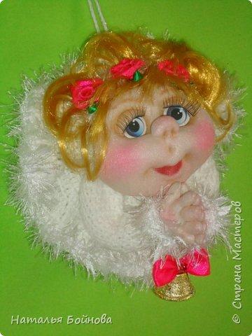 """Маленькая подвесная кукла выполнена в скульптурно-текстильной технике. Платье связано крючком, по краю обвязано пряжей """"травка"""". Волосы - искусственные кудри, розочкии сделаны из атласной ленты. фото 1"""