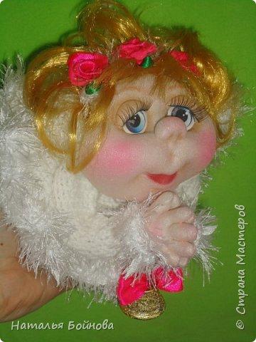 """Маленькая подвесная кукла выполнена в скульптурно-текстильной технике. Платье связано крючком, по краю обвязано пряжей """"травка"""". Волосы - искусственные кудри, розочкии сделаны из атласной ленты. фото 2"""