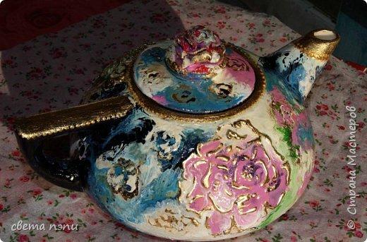покупной чайник для росписи . 1 грунтовка затем нанесла рисунок моделирующей пастой.  3 приклеила поталь на мордан. 4 разрисовала красками для керамики . сверху на крышечке роза из пластики фимо. немного контура по керамики фото 1