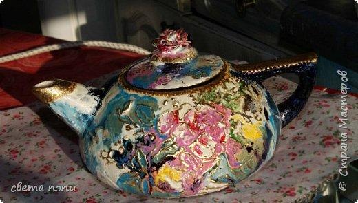 покупной чайник для росписи . 1 грунтовка затем нанесла рисунок моделирующей пастой.  3 приклеила поталь на мордан. 4 разрисовала красками для керамики . сверху на крышечке роза из пластики фимо. немного контура по керамики фото 2
