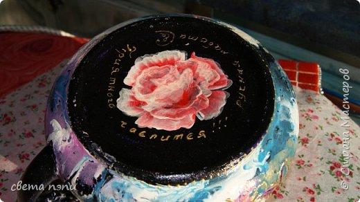 покупной чайник для росписи . 1 грунтовка затем нанесла рисунок моделирующей пастой.  3 приклеила поталь на мордан. 4 разрисовала красками для керамики . сверху на крышечке роза из пластики фимо. немного контура по керамики фото 3