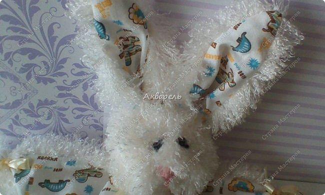 Зайка-засыпайка, уютная и комфортная игрушка для малышей. Тельце не набивается наполнителем, только лапки. Голова с наполнителем. Мордочка вышита нитками, уж как получилась. Для малышей нельзя всякие бусинки и пуговки. фото 4