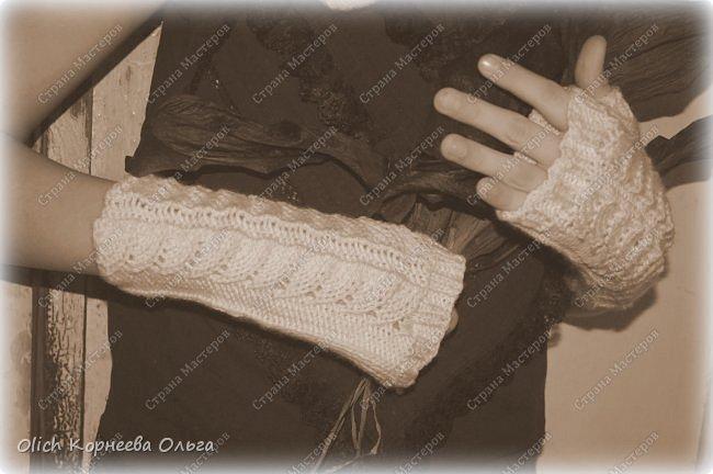Несколько комплектов митенок с брошками. Митенки ажурные, связаны спицами, пряжа акриловая или полушерстяная. Отлично тянутся и при этом сохраняют форму, рисунок вывязана только на верхней части, а резинка наоборот только на внутренней стороне. Брошки отлично смотрятся на верхней одежде, шарфе или сумке.  фото 15