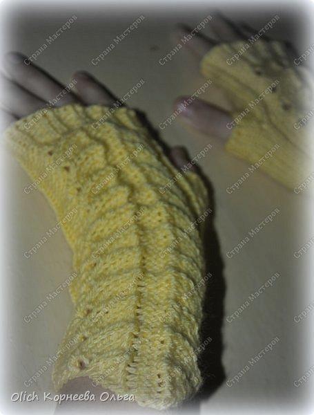 Несколько комплектов митенок с брошками. Митенки ажурные, связаны спицами, пряжа акриловая или полушерстяная. Отлично тянутся и при этом сохраняют форму, рисунок вывязана только на верхней части, а резинка наоборот только на внутренней стороне. Брошки отлично смотрятся на верхней одежде, шарфе или сумке.  фото 12