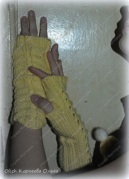 Несколько комплектов митенок с брошками. Митенки ажурные, связаны спицами, пряжа акриловая или полушерстяная. Отлично тянутся и при этом сохраняют форму, рисунок вывязана только на верхней части, а резинка наоборот только на внутренней стороне. Брошки отлично смотрятся на верхней одежде, шарфе или сумке.  фото 11
