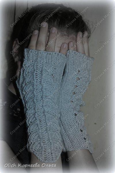 Несколько комплектов митенок с брошками. Митенки ажурные, связаны спицами, пряжа акриловая или полушерстяная. Отлично тянутся и при этом сохраняют форму, рисунок вывязана только на верхней части, а резинка наоборот только на внутренней стороне. Брошки отлично смотрятся на верхней одежде, шарфе или сумке.  фото 8