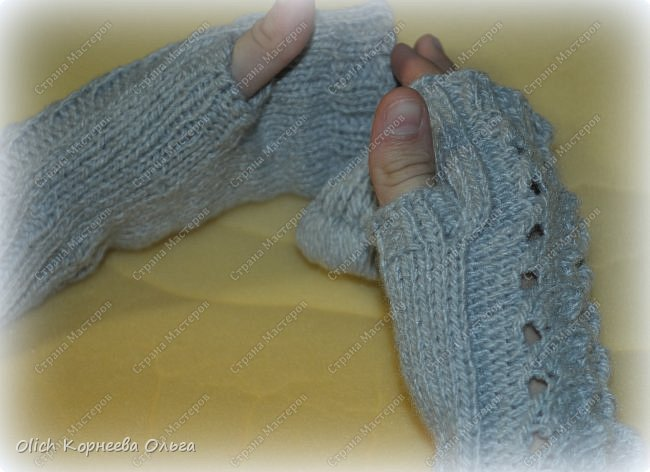 Несколько комплектов митенок с брошками. Митенки ажурные, связаны спицами, пряжа акриловая или полушерстяная. Отлично тянутся и при этом сохраняют форму, рисунок вывязана только на верхней части, а резинка наоборот только на внутренней стороне. Брошки отлично смотрятся на верхней одежде, шарфе или сумке.  фото 3