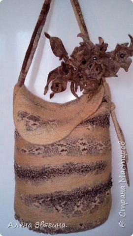 Цельновалянная сумка с брошью пион. фото 3