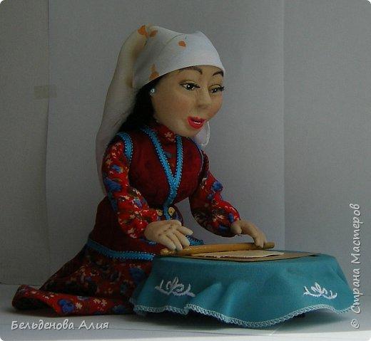 Келинка  раскатывает тесто для национального блюда беспармак. фото 2