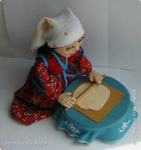 Келинка  раскатывает тесто для национального блюда беспармак. фото 3
