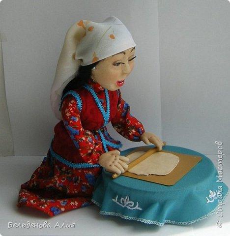 Келинка  раскатывает тесто для национального блюда беспармак. фото 1